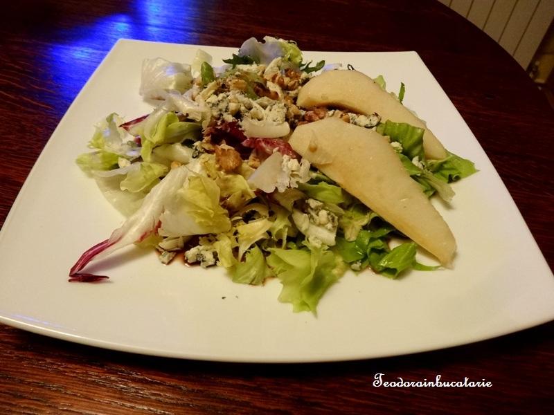 Salata cu nuci, pere si branza cu mucegai
