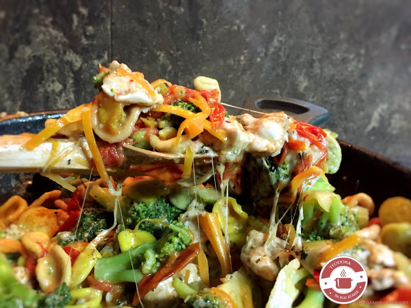 Spaghete cu legume, piept de curan si parmezan