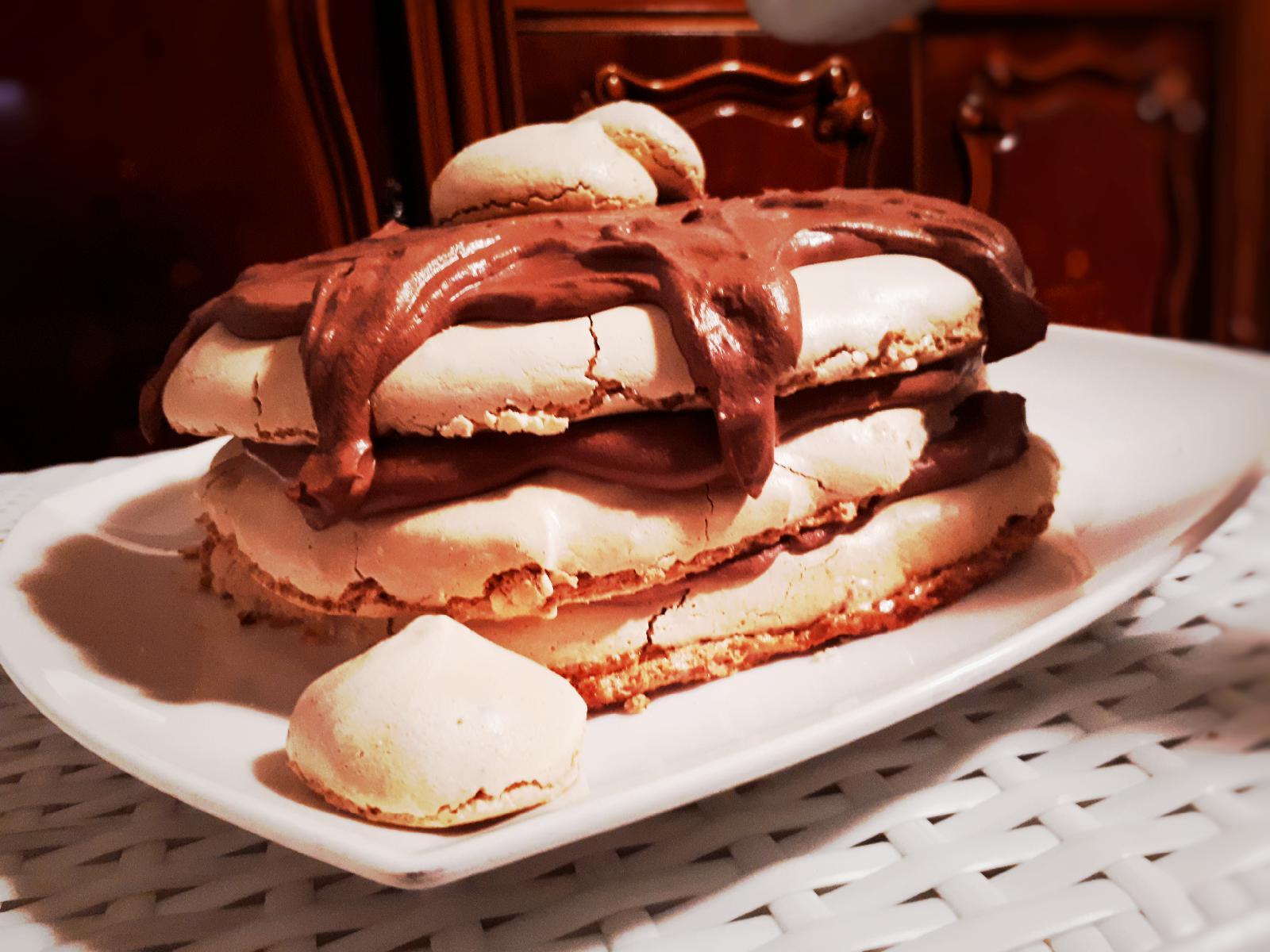 Tort de bezea cu musse de ciocolata